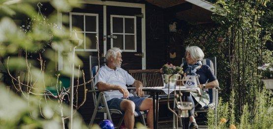 Ruhepause vor der Gartenhütte  - ideal um neue Ideen zur Hofsanierung durchzusprechen © Allgäu GmbH, Philip Herzhoff